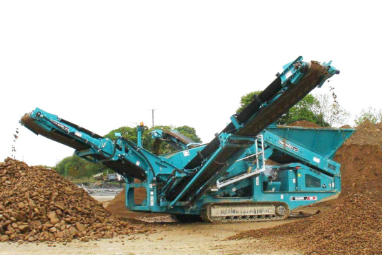 Powerscreen Warrior 800 (grondzeef) operationeel